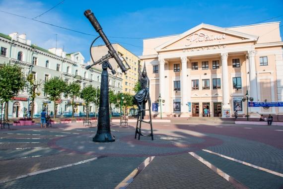 Скульптура звездочета и солнечные часы