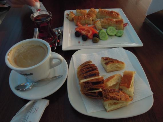 Турецкий завтрак в кафе
