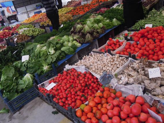Искушение овощами и фруктами на турецком еженедельном базаре